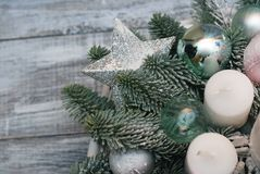 Bożenarodzeniowy przygotowania z sosną kapuje, rożki i srebro gwiazda na szarym drewnianym tle obraz stock