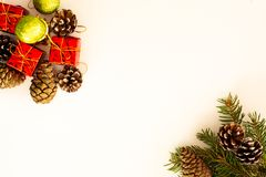 Bożenarodzeniowy przygotowania z sosnowymi gałązkami obrazy stock
