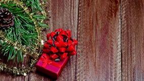 Bożenarodzeniowy pudełko z drewnianym tłem zdjęcia royalty free