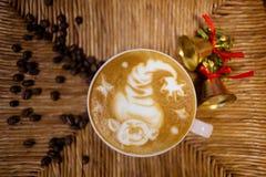 Bożenarodzeniowy reniferowy rysunek na latte sztuki filiżance Obrazy Royalty Free