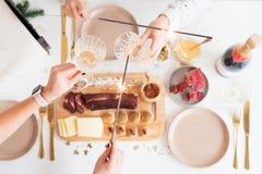 Bożenarodzeniowy Rodzinny Obiadowego stołu pojęcie Boże Narodzenia biesiadują Wakacyjnego Złocistego miejsca położenie, zasięrzut zdjęcia stock