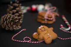 Bożenarodzeniowy słodki prezenta pojęcie: gingerman ciastka, pinecones, cand obrazy stock