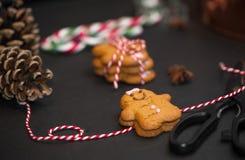 Bożenarodzeniowy słodki prezenta pojęcie: gingerman ciastka, pinecones, cand zdjęcia royalty free