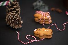 Bożenarodzeniowy słodki prezenta pojęcie: gingerman ciastka, pinecones, cand obrazy royalty free