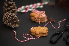 Bożenarodzeniowy słodki prezenta pojęcie: gingerman ciastka, pinecones, cand zdjęcie royalty free