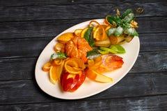 Bożenarodzeniowy Sałatkowy Ustawiający z przepiórką, łosoś, owoc i warzywo Odgórny widok E zdjęcia stock