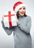 Bożenarodzeniowy Santa kapeluszowy kobiety portreta chwyta bożych narodzeń prezent Obrazy Stock