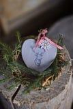 Bożenarodzeniowy serce kształtował jelenią dekorację z sosnowym wiankiem Zdjęcie Stock