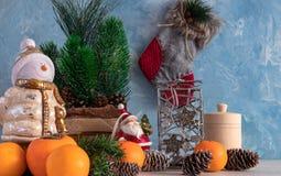 Bożenarodzeniowy skład boże narodzenia protestuje z choinką i bałwanem Nowego Roku ` s dekoracja Tangerines z persimmon zdjęcia stock