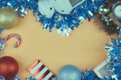 Bożenarodzeniowy skład, nowy rok karta Bożenarodzeniowy świecidełko, choinek piłki na widok kosmos kopii obrazy royalty free