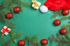 Bożenarodzeniowy skład z świątecznymi wystroju i prezenta pudełkami na koloru tle zdjęcie stock