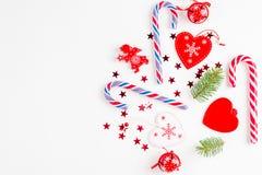 Bożenarodzeniowy skład z bożymi narodzeniami cukierek, gałąź i wakacyjny ornament na białym tle, Mieszkanie nieatutowy, odgórny w obraz stock