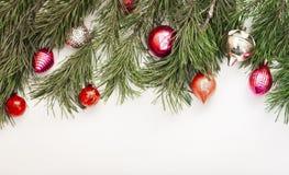 Bożenarodzeniowy skład z dekoracją na białym drewnianym tle z kopii przestrzenią dla twój teksta fotografia stock