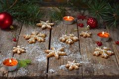 Bożenarodzeniowy skład z piernikowymi ciastkami, świąteczną dekoracją, świeczką i jodły gałąź, Wakacje, nowy rok, Xmas pojęcie V Zdjęcie Stock