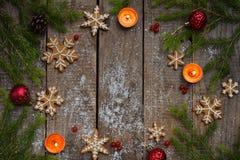 Bożenarodzeniowy skład z piernikowymi ciastkami, świąteczną dekoracją, świeczką i jodły gałąź, Wakacje, nowy rok, Xmas pojęcie V Obrazy Royalty Free