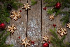 Bożenarodzeniowy skład z piernikowymi ciastkami, świąteczną dekoracją, świeczką i jodły gałąź, Wakacje, nowy rok, Xmas pojęcie V Fotografia Royalty Free
