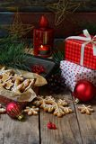 Bożenarodzeniowy skład z piernikowymi ciastkami, prezentami, świąteczną dekoracją i jodły gałąź, Wakacje, nowy rok, Xmas pojęcie  Zdjęcia Royalty Free