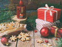Bożenarodzeniowy skład z piernikowymi ciastkami, prezentami, świąteczną dekoracją i jodły gałąź, Wakacje, nowy rok, Xmas pojęcie  Zdjęcie Stock