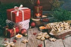 Bożenarodzeniowy skład z piernikowymi ciastkami, prezentami, świąteczną dekoracją i jodły gałąź, Wakacje, nowy rok, Xmas pojęcie  Obraz Royalty Free