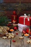 Bożenarodzeniowy skład z piernikowymi ciastkami, prezentami, świąteczną dekoracją i jodły gałąź, Wakacje, nowy rok, Xmas pojęcie  Obraz Stock