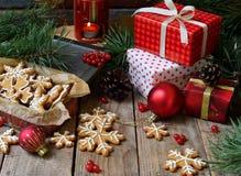 Bożenarodzeniowy skład z piernikowymi ciastkami, prezentami, świąteczną dekoracją i jodły gałąź, Wakacje, nowy rok, Xmas pojęcie  Obrazy Royalty Free
