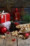 Bożenarodzeniowy skład z piernikowymi ciastkami, prezentami, świąteczną dekoracją i jodły gałąź, Wakacje, nowy rok, Xmas pojęcie  Zdjęcia Stock