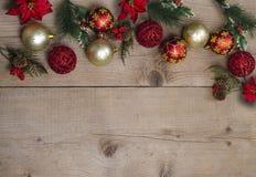 Bożenarodzeniowy skład z pustą przestrzenią dla projekta teksta nowego roku drzewnych dekoracj na rocznika drewnianym stołowym tl obrazy royalty free