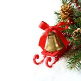 Bożenarodzeniowy skład z saniem i złoty dzwon nad bielem Zdjęcie Stock