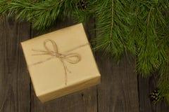 Bożenarodzeniowy skład z teraźniejszym i jedlinowym drzewem na drewnianym backgr Fotografia Royalty Free