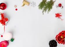 Bożenarodzeniowy składu mockup jodeł gałąź, rożki i boże narodzenie dekoracje na białym tle, Mieszkanie nieatutowy odgórny widok Zdjęcie Stock