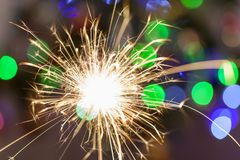 Bożenarodzeniowy sparkler z bokeh zaświeca na tle obrazy royalty free