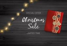 Bożenarodzeniowy sprzedaż projekt Literowanie na Czarnej Drewnianej desce z Giftbox i Bożenarodzeniową dekoracją Fotografia Stock