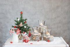 Bożenarodzeniowy szary tło z świeczkami i drzewem zdjęcia royalty free
