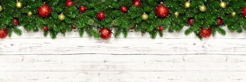 Bożenarodzeniowy sztandar na białego drewnianego tła jedlinowych gałąź i nowy rok zabawkarskiej piłce bauble lub Xmas wakacyjna d zdjęcie royalty free