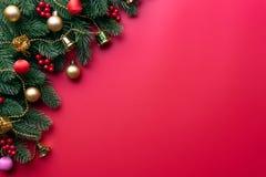 Bożenarodzeniowy tła pojęcie Odgórny widok Bożenarodzeniowa prezenta pudełka czerwona skarpeta z świerczyną rozgałęzia się, sosno obraz stock
