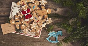 Bożenarodzeniowy tło, ciastka, choinka na drewnianej desce zdjęcia stock