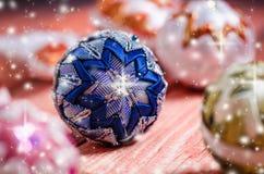 Bożenarodzeniowy tło, dekoracja Bożenarodzeniowe piłki na drewnianym stole miękkie ogniska, Błyska i gulgocze abstrakcyjny tło Vi Obraz Royalty Free