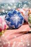 Bożenarodzeniowy tło, dekoracja Bożenarodzeniowe piłki na drewnianym stole miękkie ogniska, Błyska i gulgocze abstrakcyjny tło Vi Obraz Stock