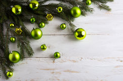 Bożenarodzeniowy tło dekorujący z zielonym bauble obwieszeniem zdjęcia stock