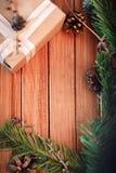 Bożenarodzeniowy tło na drewnie prezent i marshmallows Zdjęcia Royalty Free
