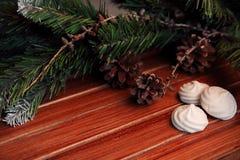 Bożenarodzeniowy tło na drewnie prezent i marshmallows Zdjęcie Royalty Free