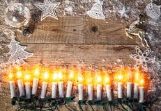 Bożenarodzeniowy tło odgórnego widoku świeczki girlandy powitanie Zdjęcie Stock