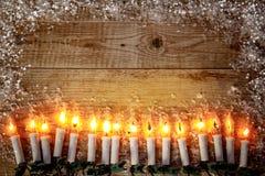 Bożenarodzeniowy tło odgórnego widoku świeczki girlandy powitanie Obrazy Stock