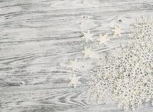 Bożenarodzeniowy tło - wesoło boże narodzenia Płatki śniegu na drewnianym tle obrazy royalty free