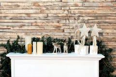 Bożenarodzeniowy tło wystrój w pokoju Kreatywnie dla nowego roku w stylu Biała półka z świeczek, gwiazd i rogaczy postacią, fotografia royalty free