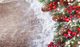 Bożenarodzeniowy tło z śnieżnymi jodeł gałąź, rożkami i bokeh światłami, Wakacyjny sztandar lub karta fotografia stock