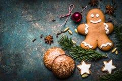 Bożenarodzeniowy tło z świąteczną dekoracją, ciastkami, piernikowym mężczyzna i jodłą, rozgałęzia się odgórnego widok, Zdjęcia Stock