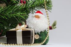Bożenarodzeniowy tło z choinką, Święty Mikołaj, prezenta brązu pudełko dla pierścionku z beżowymi tasiemkowymi i złocistymi koral zdjęcie stock