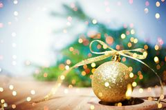 Bożenarodzeniowy tło z christmass piłką - Miękka ostrość Obrazy Royalty Free