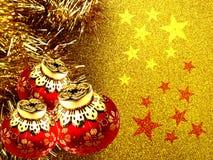 Bożenarodzeniowy tło z czerwienią i żółty ornament na złotym błyskotliwości tle ilustracji